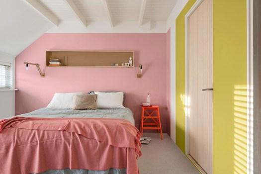 Dormitorio de matrimonio alegre y bonito pintado en rosa y amarillo