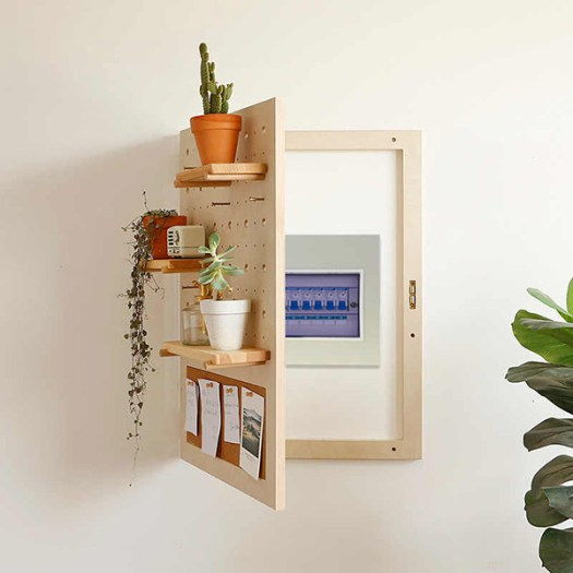 Soporte decorativo de madera para ocultar el cuadro de luces