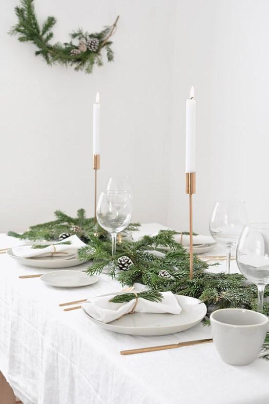 Mesa de navidad sencilla y bonita en tonos dorados, verdes y blancos