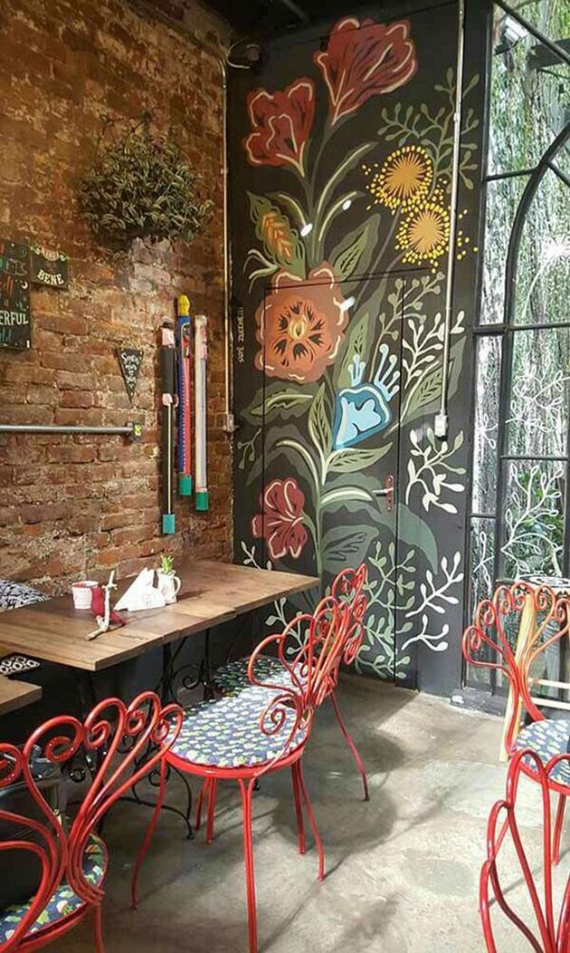 Kapı üzerine boyanmış dekoratif duvar resmi