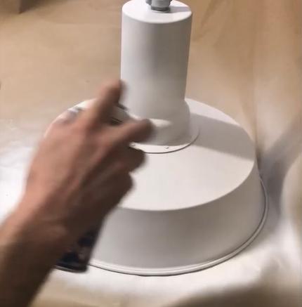 Pintando lámpara metal con spray