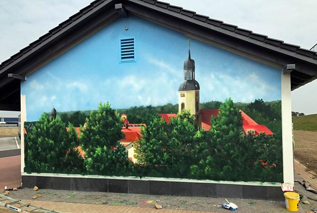 Bir evin dış cephesine boyanmış dekoratif duvar resmi