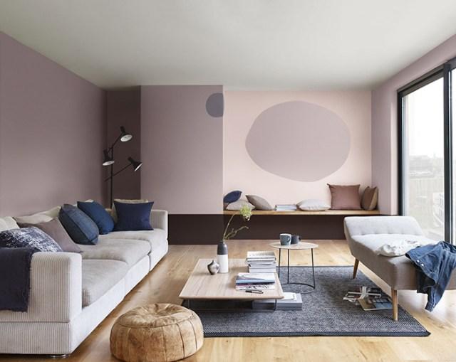 Leylak rengi ve soluk pembe ile boyanmış modern bir oturma odası