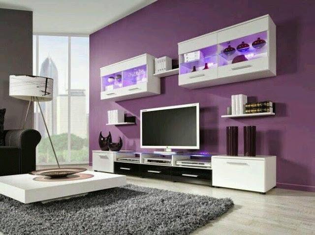 Beyaz mobilyalarla mor bir oturma odası