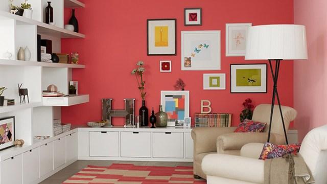 Beyaz mobilyalarla mercan boyalı oturma odası