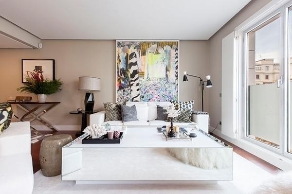 Kum renginde boyanmış modern ve zarif tasarımlı oturma odası