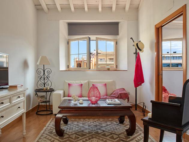 Rustik dokunuşlara sahip küçük bir oturma odası