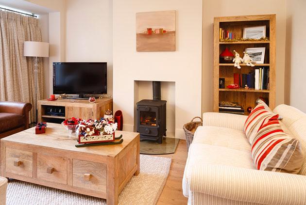Sıcak renkler ve ahşapla dekore edilmiş küçük bir oturma odası