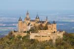 القلعة على قمة تل