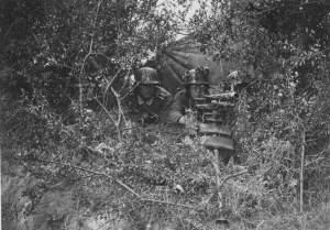 الجنود الألمان في موقف مدفع رشاش