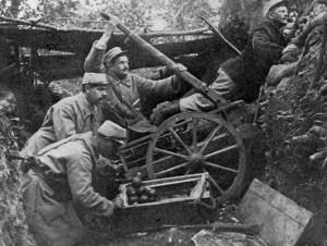 Französische Truppen nutzen ein Katapult zum Schleudern von Handgranaten im Ersten Weltkrieg