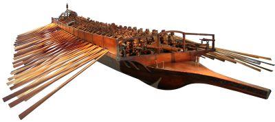 Venezianische Galeere; jeweils ein Mann führt ein Ruder, Holzmodell nach dem Vorbild des auf San Marco in Bocca Lama 1996 entdeckten Schiffs