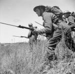Belgische Soldaten mit aufgesetztem Bajonett im zweiten Weltkrieg