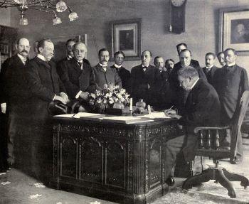 Der französische Botschafter in den USA Jules Cambon unterzeichnet im Namen Spaniens am 1. Mai 1899 die Ratifikationserklärung des Vertrags