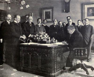 法国驻美国大使朱尔斯·坎本代表西班牙于1899年5月1日签署了该条约的批准书