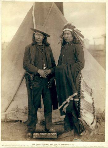 Sioux-Anführer Red Cloud (rechts) und American Horse II (1891)