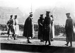 1918年11月10日威廉二世的飞行:皇帝(图片的中间,左边第4个)在他离开荷兰流亡前不久在比利时 - 荷兰边境的平台上