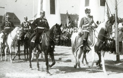 Am 2. April 1906 führte Kaiser Wilhelm II. (rechts), an der Spitze reitend, das 2. Westfälische Husaren-Regiment Nr. 11 als Teil der 14. Division in die Stadt Krefeld.