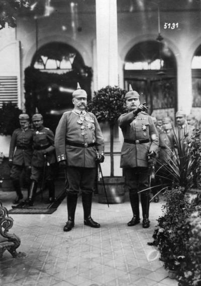 1917年,兴登堡和鲁登道夫在大总部