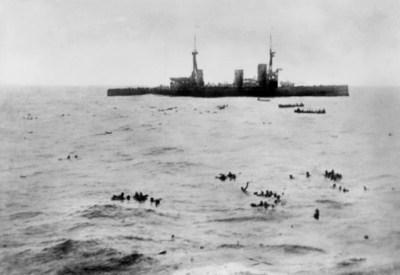 Il HMS Inflexible al salvataggio dei sopravvissuti del Gneisenau poco dopo le ore 18.00