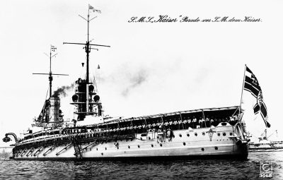 L'equipaggio della corazzata SMS Kaiser sfila davanti al Kaiser Guglielmo II.