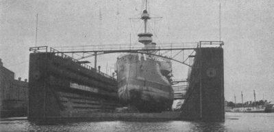Le pétrolier côtier allemand SMS Siegfried dans le dock flottant du chantier naval impérial de Gdansk