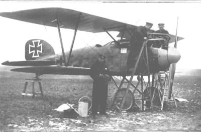 恩斯特乌德在他的信天翁D.III面前