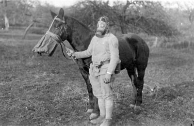 Un soldato e il suo cavallo con maschera antigas