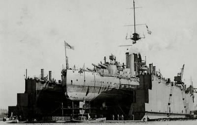 HMS Monarch in bacino di carenaggio