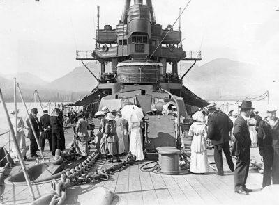 I civili visitano HMS New Zealand a Vancouver