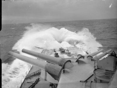 Vue sur le pont avant du HMS Renown