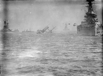 Le HMS Royal Oak à côté du HMS Campania diminué