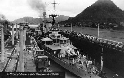 HMS Renown le 13 septembre 1920 dans l'écluse de Pedro Miguel, Canal de Panama