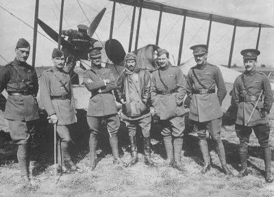 Officiers du corps d'aviation royal devant un BE2b