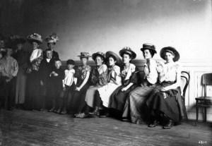 Kvinner og barn i kø for å bli vaksinert i Folkets Hus, 1907. Foto: oslobilder.no