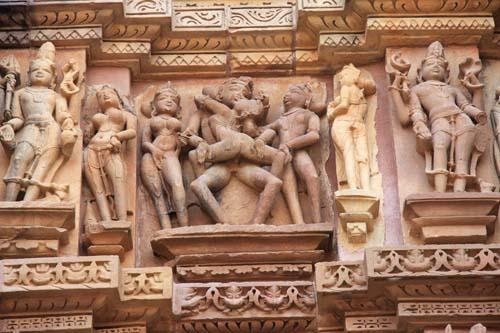 Amplesso tantrico su un tempio di Khajuraho. foto di Marco Restelli.