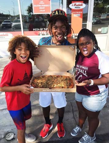 Influencer photo of family with iFratelli pizza