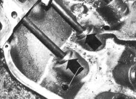 """Vea en la foto de arriba los levantaválvulas de repuesto (flecha) del sistema CVCS, que permiten que las válvulas de admisión se abran: 0.200"""""""