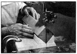 El uso de una guía para una sierra de cinta facilita el determinar el centro de las pieas de madera dura. En cortes profundos se permiten los asentamientos firmes de la punta de espuela