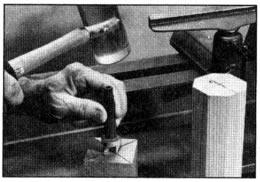 Introduzca la punta de espuela con un mazo. La marca de referencia en el extremo del trabajo corresponderá a una marca en la punta de la espuela, que permita una reinstalación correcta