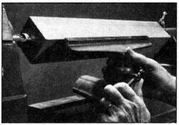 """Ajuste el soporte de herramienta de manera que no quede a una distancia de más de 0.32 cm (1/8"""") del trabajo, y aproximadamente 0.32 cm (1/8"""") por encima de la línea central del husillo"""