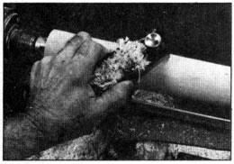 El cilindro tambíen se puede cortar finamente a su tamaño con un sepillo manual, Ajuste el cepillo para hacer cortes de poca profundidad y deslícelo a lo largo del soporte de herramietas