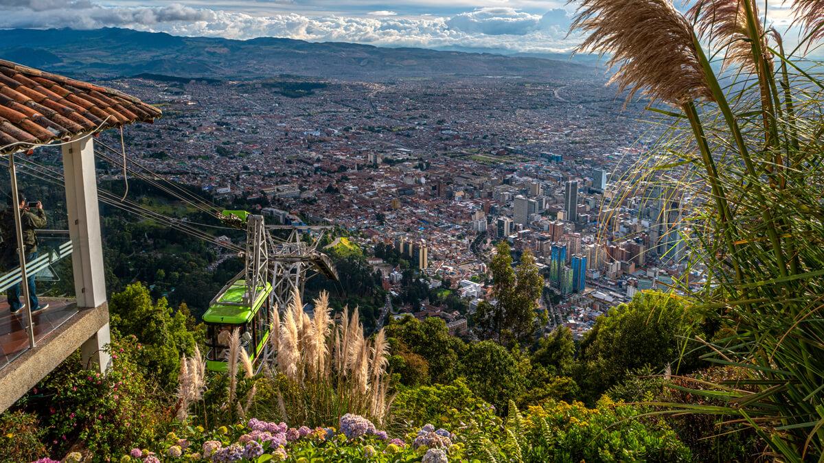 Funicular llegando a la cima del Cerro de Monserrate en Bogotá, Colombia