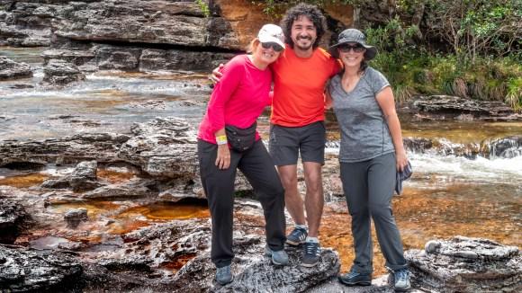 Mario Carvajal y dos fotografas colombianas en Caño Cristales