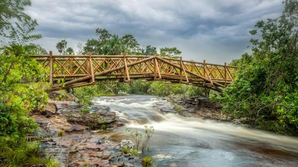 Puente artesanal cruzando el río