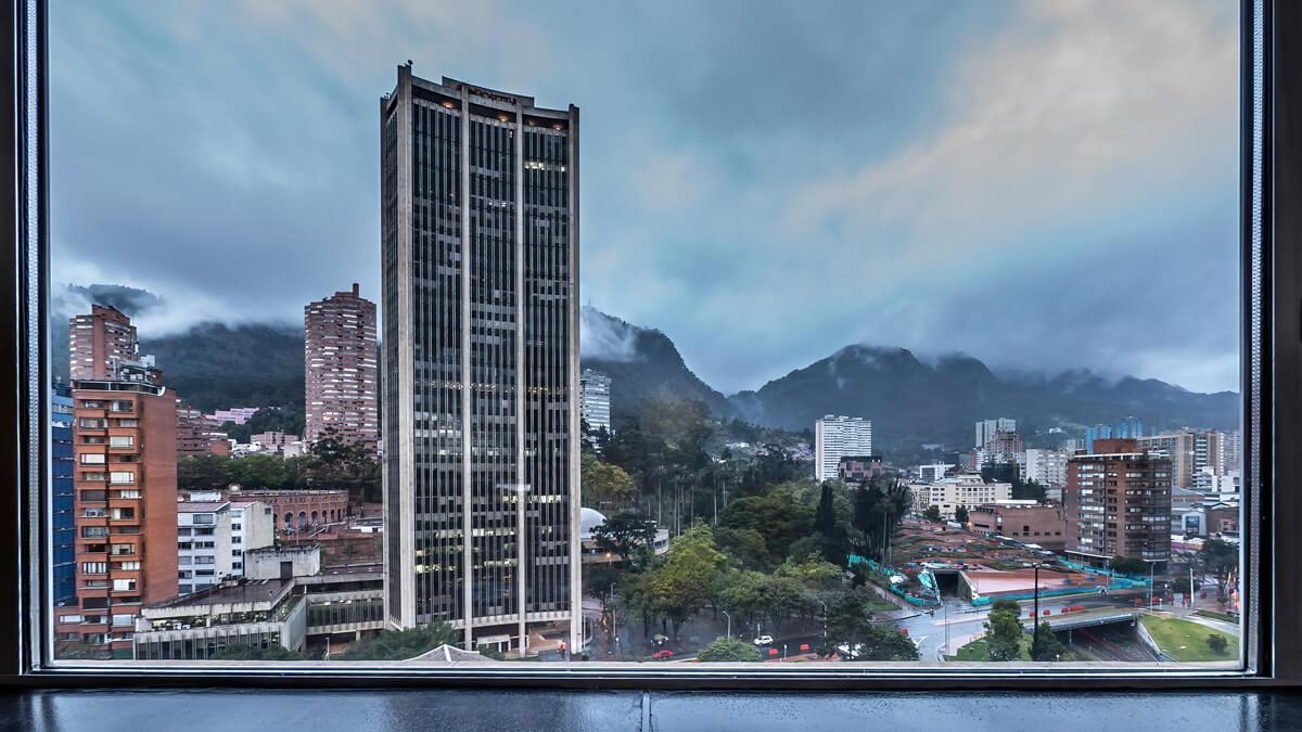 Vista del Cerro de Monserrate y de un edificio de oficinas desde luna ventana del Hatel Tequendama