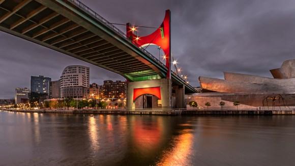 Puente de la Salve a un lado del Museo Guggenheim