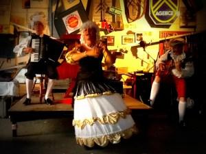 Photo costumes : les Meringues accompagnées à l'accordéon