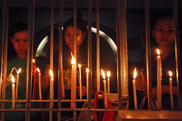 Parishioners light candles infront of the San Pedro Cathedral in Davao City on Tuesday, October 1 as they join other faithfuls in praying for peace in Mindanao. This activity was spurred by the continuing conflict in Zamboanga City between government and the Moro National Liberation Front. MindaNews Photo by Ruby Thursday More