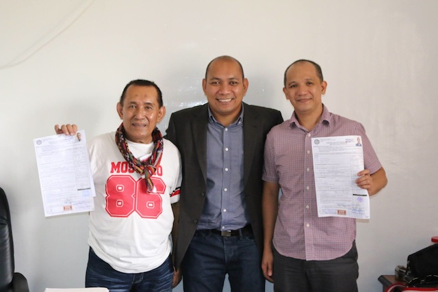 """Temogen """"Cocoy"""" Tulawie (R ) and Munib Estino (L), show off thier certificates of candidacy with Atty. Vidzfar Julie,Comelec Provicinal Officer. Tulawie and Estino are running for Governor and Vice Governor of Sulu, respectively. Photo from Tulawiee's FB account"""